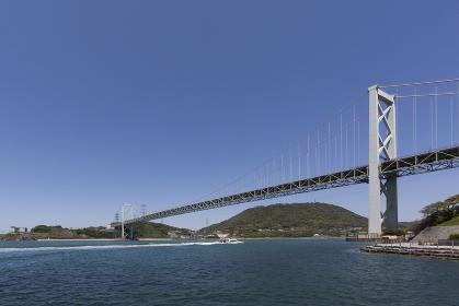 関門海峡に架かる、晴天の関門橋