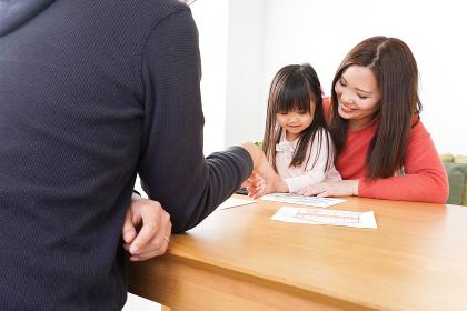 住宅ローンの申込みをする家族