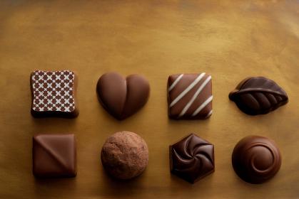 暖色系の背景に置いたチョコレート
