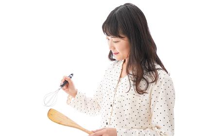 朝食を作る若い女性