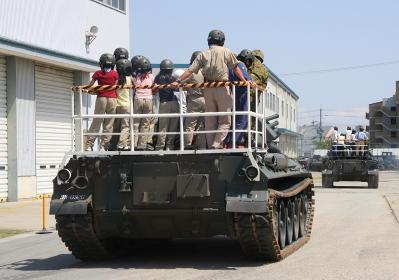 74式戦車の乗車体験(2010年伊丹駐屯地基地祭イベント)