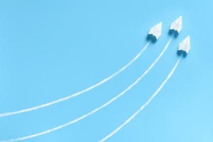急上昇する3機の紙飛行機 1