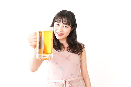グラスを持ちビールを飲む若い女性