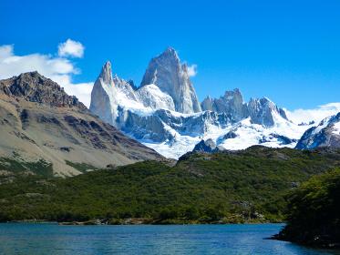 アルゼンチン・パタゴニア地方にてトレッキング道中からフィッツロイ山頂とカプリ湖の景色