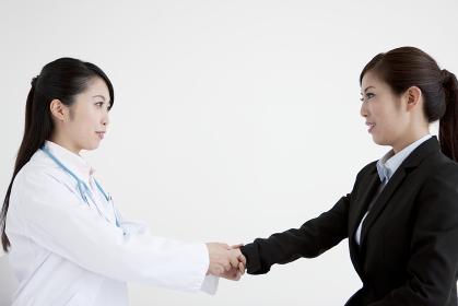 女医と話すビジネスウーマン