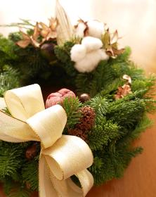 木ノ実とモミの木で作られた華やかなクリスマスリース