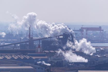 港の工場と白煙