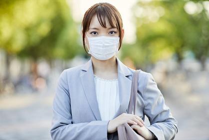 マスクをつけた日本人ビジネスウーマン