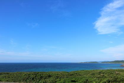 夏の角島から見る青い水平線