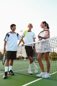テニスコートにいる若者達