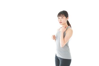 ランニングをする若い女性