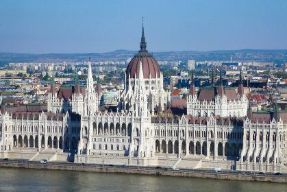 ハンガリー・ブダペスト市街地にてドナウ川越しの国会議事堂