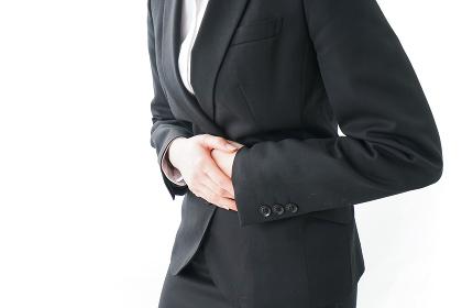 生理痛・腹痛で苦しむビジネスウーマン