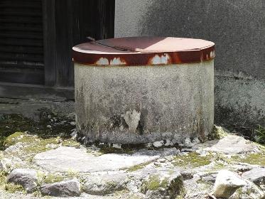 使用禁止の軒先の井戸