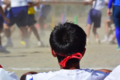 運動会で出番を待つ中学生