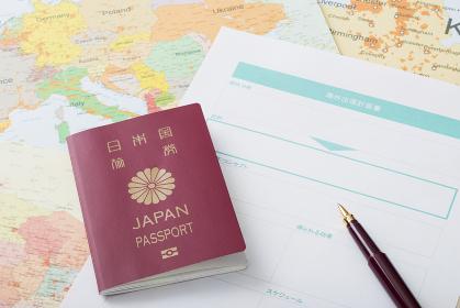 海外出張計画書と世界地図