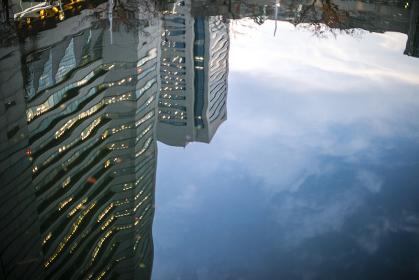 水面に映ったランドマークタワー