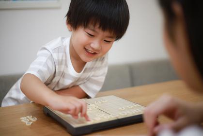 将棋を指す親子