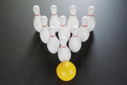 10本のボウリングのピンとボール