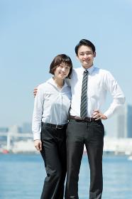 肩を組む男性と女性(ビジネスイメージ)