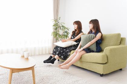 家で女子会する若い女性