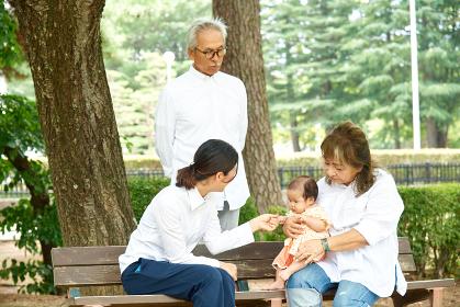 家族 おじいちゃんとおばあちゃんとお母さんと生まれたばかりの女の子 赤ちゃん 老夫婦 グリーンバック