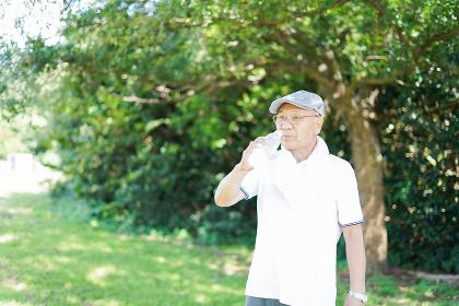 外でランニングをする高齢の男性