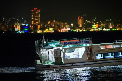 下関から見る北九州の有名な観光地門司港レトロの夜景