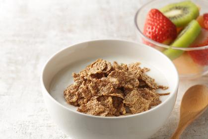 ヨーグルトを注いだシリアルと果物と木ノ実の朝食