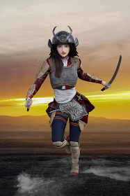夕暮れの荒野を背景に甲冑を被った女武者が両手に刀を持ち鬼のような形相で睨み相手に立ち向かう