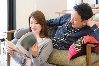 一緒に雑誌を見る仲良しのカップル