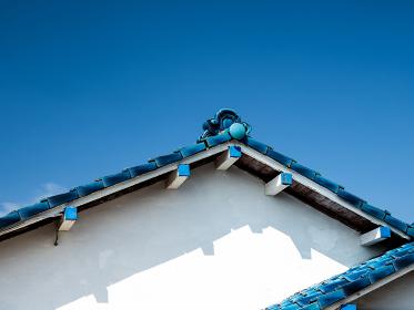 青空と日本の民家の青い屋根