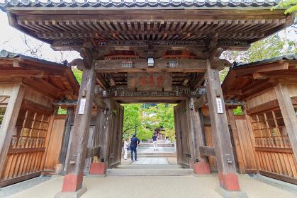 観光客で賑わう修禅寺の山門