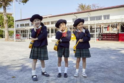 頬杖をつく笑顔の幼稚園児