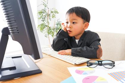 オフィスで働く子供ビジネスマン