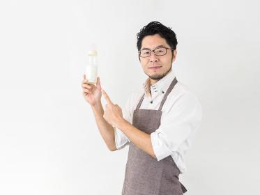 哺乳瓶を持つ男性のイメージ