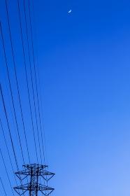 鉄塔と送電線と三日月