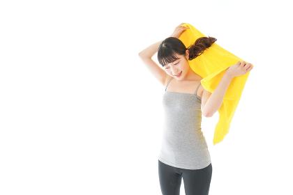 ジムでシャワーを浴びる若い女性