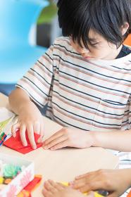 図画工作をする小学生