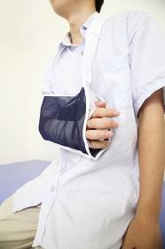 骨折して吊られた男性の腕