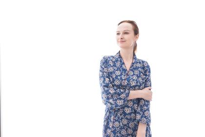 着物を着た外国人の若い女性