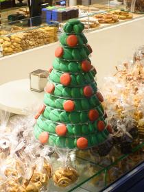 赤色と緑色でクリスマスツリーに見立ててデコレーションしたマカロン