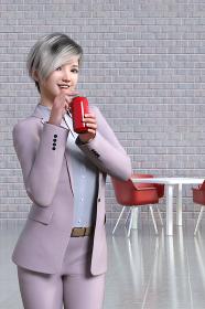 スモークピンクのスーツを着た女性社員が缶ジュースをストローで飲んでいる