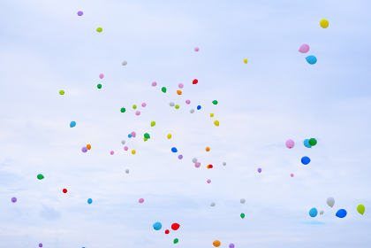 空へ飛び立つ風船