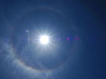 日輪の周囲を飾る虹の日暈
