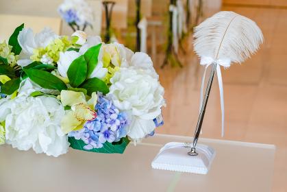 チャペルの祭壇の羽ペン 結婚証明書 サイン