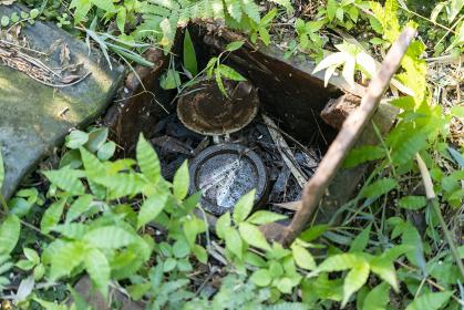 地面の中の泥だらけの水道メーター