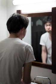鏡の前の男性