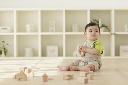木の積み木で遊ぶ赤ちゃん