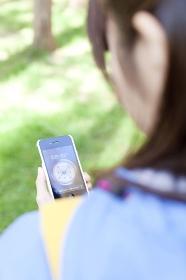 スマートフォンで方角を調べる女性